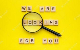 houten-blok-belettering-we-zijn-op-zoek-naar-jou-en-vergrootglas-op-gele-achtergrond_85601-359
